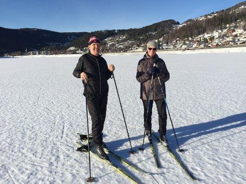 På isen: Knut og Siri Haadem var i godt driv på isen på Strandefjorden onsdag.