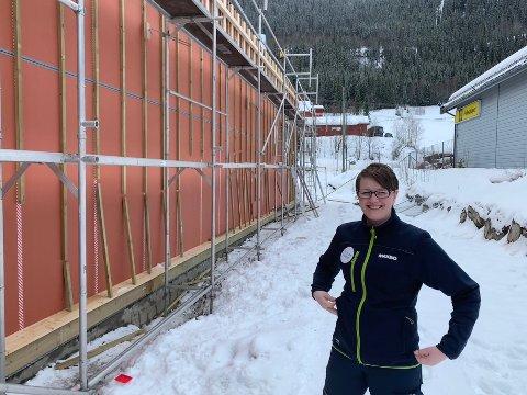 Taket er på plass. Og fasaden er i ferd med å bli ferdig, forteller daglig leder Anita Moe ved Maxbo.