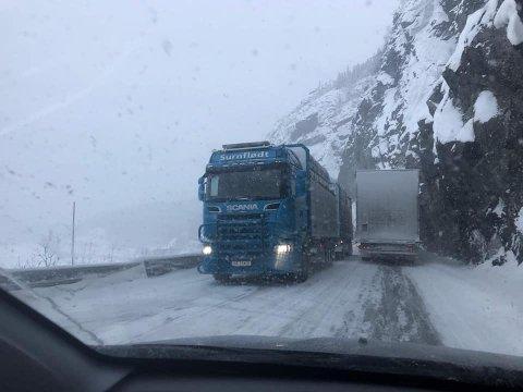 Trongt: Det er trongt og uoversiktleg inn og ut av den tronge passasjen på E16 ved Kvamskleive.