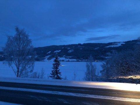 Over isen: Da avisa Valdres tok en titt onsdag kveld, kjørte to personbiler over i løpet av fem minutter.