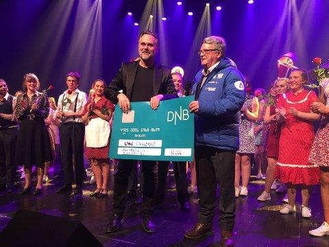 Ung i Valdres: Kjell Hagali i Seniorgjengen delte ut sjekk til daglig leder i Ung i Valdres, Ørnulf Dyve.