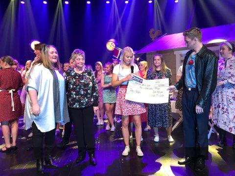 GIVERGLEDE: Siv Lexberg (tv) og Ragnhild Eltun Solberg overrakte gaven på vegne av Rebekka-losjen. Bettina Jemtland og Daniel Dahlen Myhre fra Ung i Valdres tok imot med stor takknemlighet.