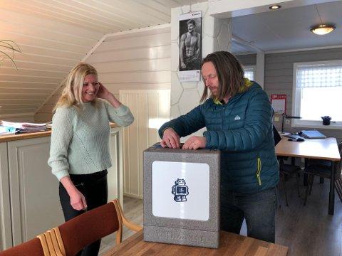 Premien: Gudbrand Silvet Heiene overrekker her printeren til Gudny Berge på Tveitabru Bygg.