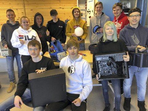 Gøy med prosjekt: Bak: Christoffer, Heidi, Martin, Anders, Eskil, Andreas, Tobias. Foran Dawid, Adrian, Iselin og Nils Ove.