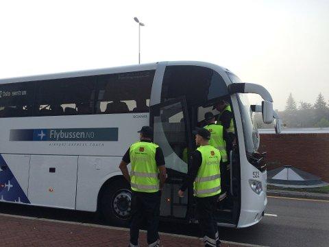 Busskontroll: - I vår sjekket vi over 13.000 busspassasjerer. Nå er vi på veien igjen, og håper ikke å måtte skrive ut et eneste gebyr, sier Ingrid Heggebø Lutnæs i Statens vegvesen.