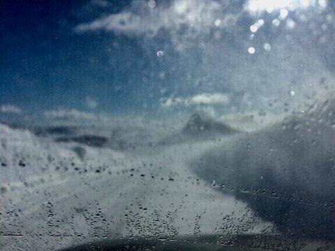 Dårlig sikt: Svein Helle tok dette bildet klokka 15.08 på Valdresflye, og var blant bilistene som fikk føle hvordan det kan blåse opp på Valdresflye, i løpet av kort tid.