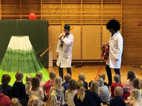 De fikk se forestillingen «Verdas kulaste dyresafari», med Eivind Dølerud og Jan Beitohaugen Granli. De engasjerte både unger og voksne i jakten på dyrene med sang og musikk.