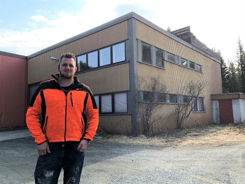 Vil kjøpe: Leder i Valdres Gatebil, William Scott, foran bygget på Bjødnaflata i Aurdal, der Garasjin holder til, som klubben nå håper å få på plass egenkapital nok til å kunne kjøpe.