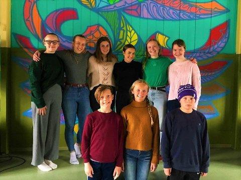 På bilete er frå venstre: Sina-Alida van Veen Skattebu, Kjersti Dahle, Margrete Bergli, Tuva Tronsplass Aasgaard, Erika Hoffmann og Ylva Sletten.  På framre rekkje frå venstre: Oskar Hoffmann, Eva Hoffmann og Mons Før.
