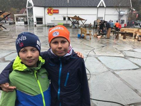 INTERESSERT: Brødrene Alfred Gustav Svenson (tv) og Jonatan Sverre Svenson fra Heggenes var blant de få fra den yngre garde som deltok på håndverksdagen.