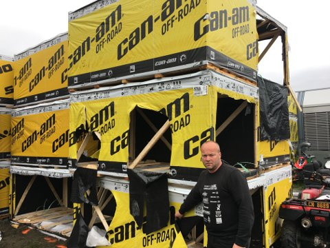 I hver av disse kassene sto en ATV. Nå er de stjålet. Daglig leder Rune Wangensteen i Vang Auto-Service synes mye tyder på profesjonelle tyver.