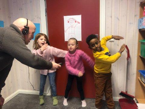 Journalist Asle Hella frå NRK intervjua Karoline, Sigrid Hillevi og Nazrawi om Vesle-Vinje, musikk og dansing.