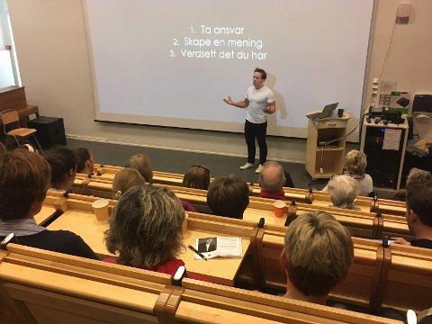 Simen Almås under foredraget på VBU torsdag.