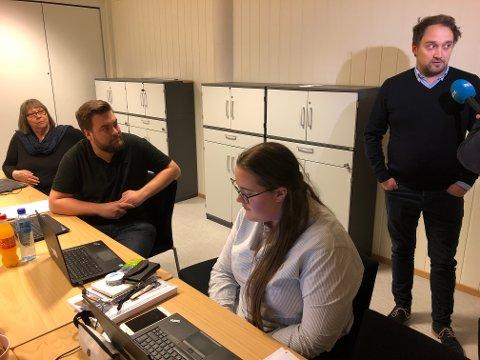 Lytte: Direktør for kundesenter Bård Skaar Viken sier til pressen at han er på Fagernes for å lytte.