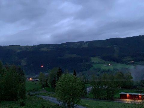 Sett fra Skrautvål: Vi ser luftambulansen lette sent fredag kveld ved Holdalsfoss.