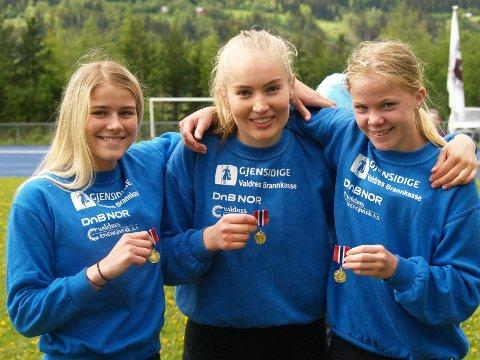 Lokale til topps: Fagernes-trioen Laura Tietje Johanna Van der Veen (f.v.), Sigrid Andrine Garvik og Sunniva Fjeld med henholdsvis tredje, andre og første plass i kvinnenes juniorklasse på 400 meter.