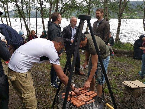 GRILLKOS: Grillpølsene gjekk unna då mellom 120 og 150 stykk tok turen til vårfesten på Bøflaten Camping. Blant dei frammøtte var avtroppande rådmann Reidar Thune og påtroppande rådmann Erlend Haaverstad, som var innom og helste på.