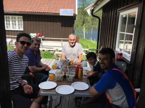Røde Kors Øystre Slidre dro til fjells med Omar, Emad, Ghasan og Rami for å hogge ved, fiske og ellers oppleve hyttelivet og typisk norske sommeraktiviteter.