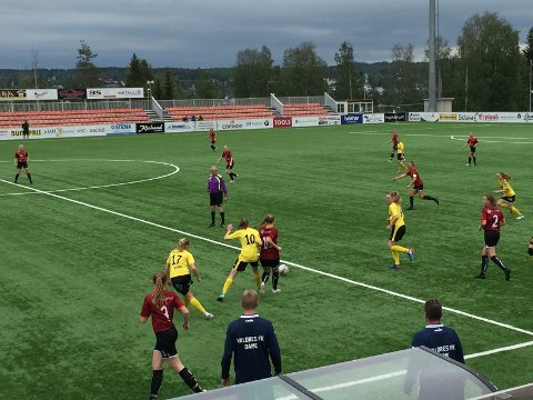 Mål imot: Søndag kom baklengsmålene i det 78. minutt og 86. minutt. Her er trener Joakim Wiik (t.v.) og assistenttrener Vidar Hilmen. Det var Wiik sin siste bortekamp med Valdres FK/Fagernes.