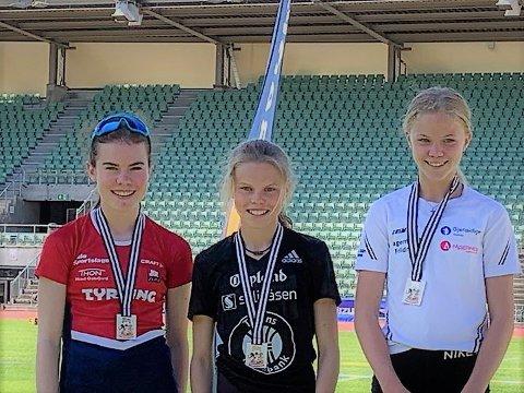 Påpallen: Sunniva Fjeld (t.h.) ble nummer tre, bak Filippa Bertelsen Fadnes fra Tyrving IL (t.v.) på andreplass og vinner Malin Hoelsveen fra Raufoss idrettslag.
