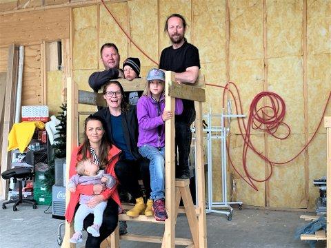ØNSKER MANGFOLD: Når skaperkraft Valdres starter makerspace og kodeklubb i Ryfoss håper de å se like mange jenter som gutter. Her er prosjektleder Gudbrand Silvet Heiene (bak t.h.), med tvillingene Lise og Dag, Joker-eier Tom Kjetil Tørstad (bak t.v.), Heidi Bragerhaug, og interiørdesigner Karine Bragerhaug (med datteren Malin på armen) avbildet i klubbens nye lokaler, som åpner dørene til høsten.