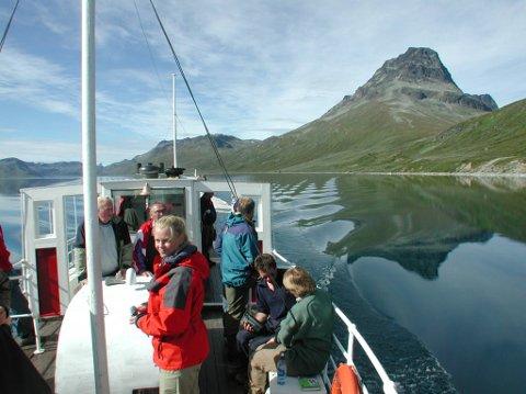 Nyheiter: JVB innfører ekstra tidleg tur med M/B Bitihorn inn til Torfinnsbu torsdagar og laurdagar, og tilbyr også guiding mot tindane, blant anna Torfinnstinden (bak).