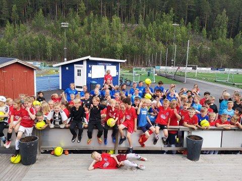 84 deltakere: Her er gjengen samlet, og bakerst i midten, med ei jente på skuldrene, sees sportslig ansvarlig Geir Helge Skattebo.