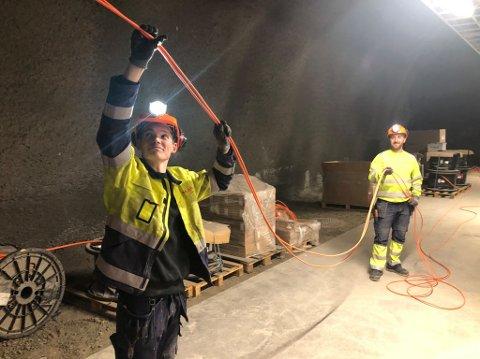 Jørgen Haugen og Thomas Jacobsen fra Dokka ser ikke så mye til sola. Men lyst blir det.Foto:Statens Vegvesen.
