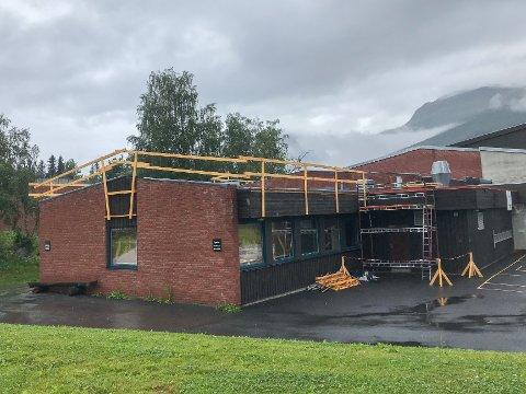 NYTT TAK: Vang barne- og ungdomsskule skal få nytt tak. Sanne Hauglid AS godt igang med å bytte taket på barneskolesiden.