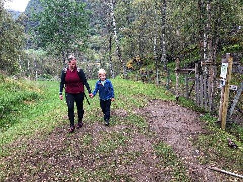 FØRSTEMANN: Andreas Romøren Voldum (8) og mamma Liv Romøren kom gåande akkurat då det første teljeapparatet var ferdig montert.