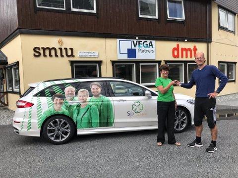 Aud Hove, førstekandidat for Senterpartiet i Innlandet, får overlevert turnébilen fra DMT Markedsføringsbyrå.