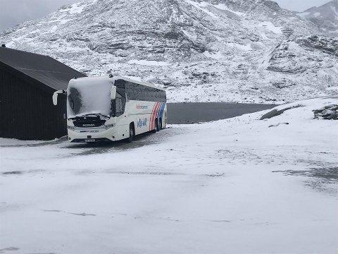 KALDT: På Sognefjellet kom det snø i natt, noe bussen som sto parkert tydelig viser.