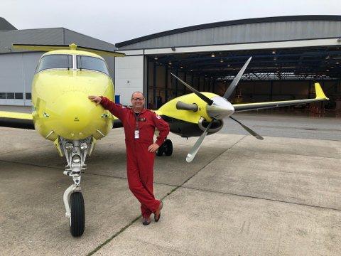 MED PÅ LASSET: Frode Weeg ved ambulanseflyet. Han har drevet med slik flyging i 18 år og fulgte med over til den nye operatøren, Babcock.