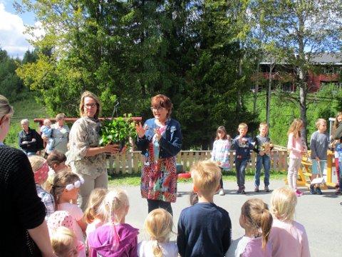 Mulig utvidelse: Skrautvål barnehage får trolig en ny avdeling. Her er barnehagestyrer Kristin Solly og kommunalsjef for oppvekst og kultur, Anna-Merete Brusletten under 25 års jubileet for barnehagen i juni 2017.