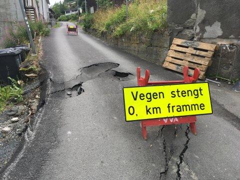 Ødelagt: Regnet vaska vekk grunnen under asfalten på Gamlevegen opp mot Nesjordet. Skaden ble så stor at kommunen måtte stenge vegen.