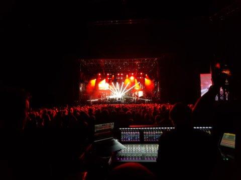 Lydleverandør: Hallingdal Lyd bak miksebordet under Madrugada-konserten på Trollrock tidligere i sommer.