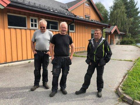 INTERN ARBEIDSKRAFT: Det er kommunens egne vaktmestere og byggdriftere, der i blant Jan Erik Lyseng (f.v.), Kjell Sletten og Odd Ivar Holene, som står for utskiftingen av taket på Ulnes barnehage.