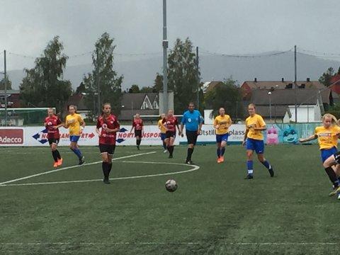 Hamar: Her er det Emma Øverseth som løper mot ballen.