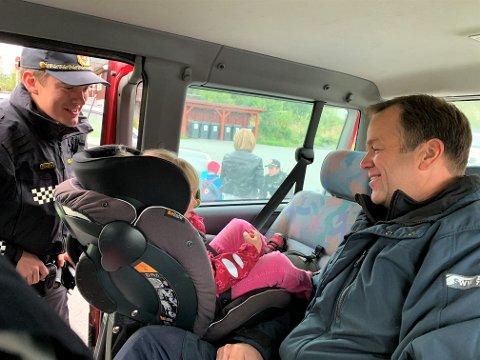 GODT SIKRET: Politiets Stian Egge følger med mens Kari Marie (3) sikres i bilstolen av pappa Ole Christian Einang. Han kan konstatere at far har full kontroll på sakene.