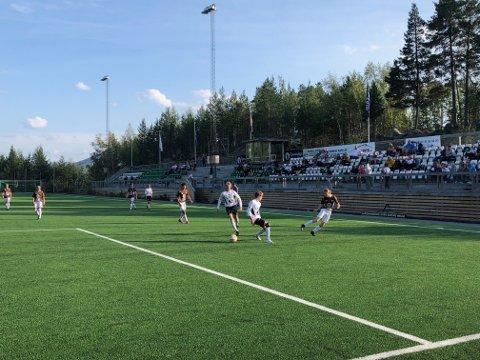 Publikum: Det var over et hundre tilskuere som tok turen for å se Fagernes IL G16. Laget har spillere fra store deler av Valdres. Her er det Mikkel Moe Westgård som legger inn.