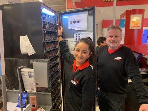 Butikksjef Nils Moen og de ansatte på Extra Fagernes, her representert ved Mariam Cabello, kan juble over gode julitall. Og gode prismålinger. Foto:Arkiv