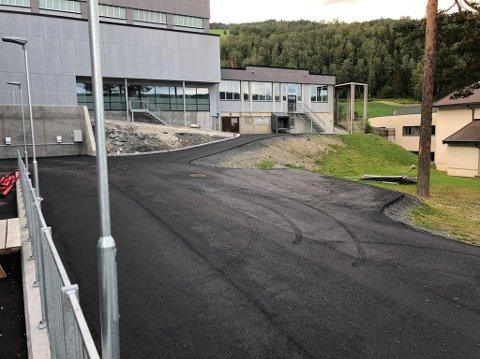 Legger asfalt: Asfalteringa av de to store flatene nærmest skolen vil skje en av de første dagene etter skolestart.