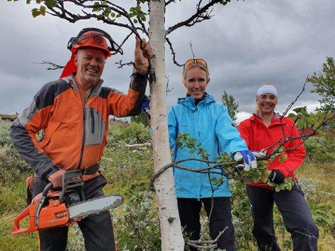 STO PÅ: Dugnaden gikk med liv og lyst, her Mikael Fønhus, Kathrine Stenberg og Cathrine Mokkelbost Hatcher.
