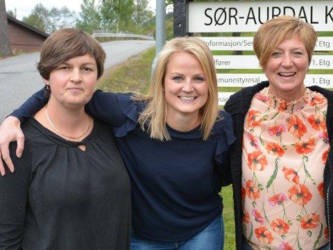 TO INNE: Marit Hougsrud (t.v.) og Senterpartiet valgte å samarbeide med Høyre og Magnhild Huseby Bolstad (midten). Det betyr at det rødgrønne samarbeidet med Arbeiderpartiet og Trine Adde Hansebakken er over etter 20 år.