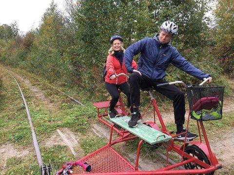 Gaute Ormåsen og Karoline Sommerseth hygget seg med en dresintur på Valdresbanen tirsdag.