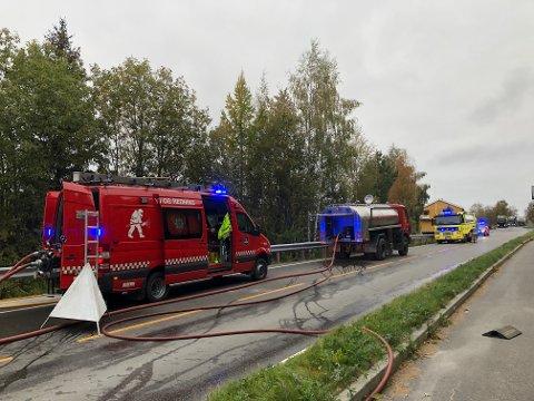 Stengt veg: Brannvesenet kom fra både Nord-Aurdal og Valdres brann- og redningstjeneste. Brannstasjonen i Heggenes ligger bare noen hundre meter fra huset det brant i.