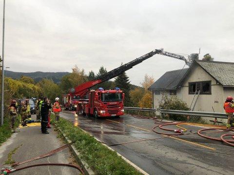 Heggenes: Bolighuset var ikke veldig skadd utvendig, men inne var det sterk røykutvikling. Her er brannvesenet i gang med etterslukking og opprydding etter at røykdykkere har vært inne i huset.