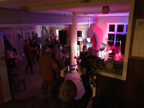 Konsert: The Gamasamas spilte og underholdt på Bygdin lørdag kveld - innendørs.