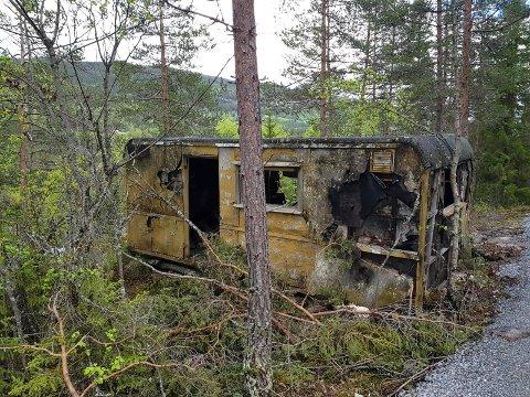 Faslefoss: Denne brakka stod og råtnet på rot ved Faslefoss. Valdres Kommunale Renovasjon hentet brakka med kran og ryddet området.