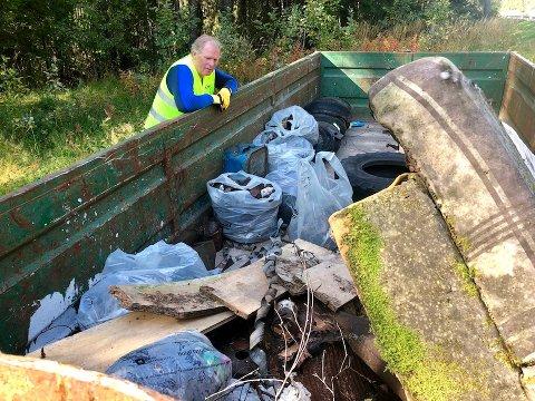Aurdal: Flere tiår med dumpet søppel ble plukket opp ved en skråning langs E16 i Aurdal. Fred Kuyper fra Naturvernforbundet i Valdres og Aksjon Aqua-koordinator Torkjell Haugen brukte to dager på å rydde opp her.